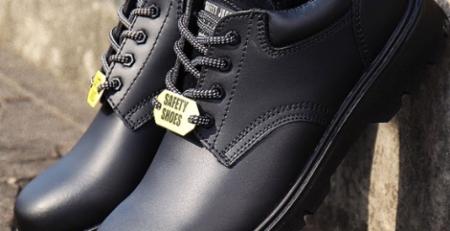 vệ sinh giày bảo hộ